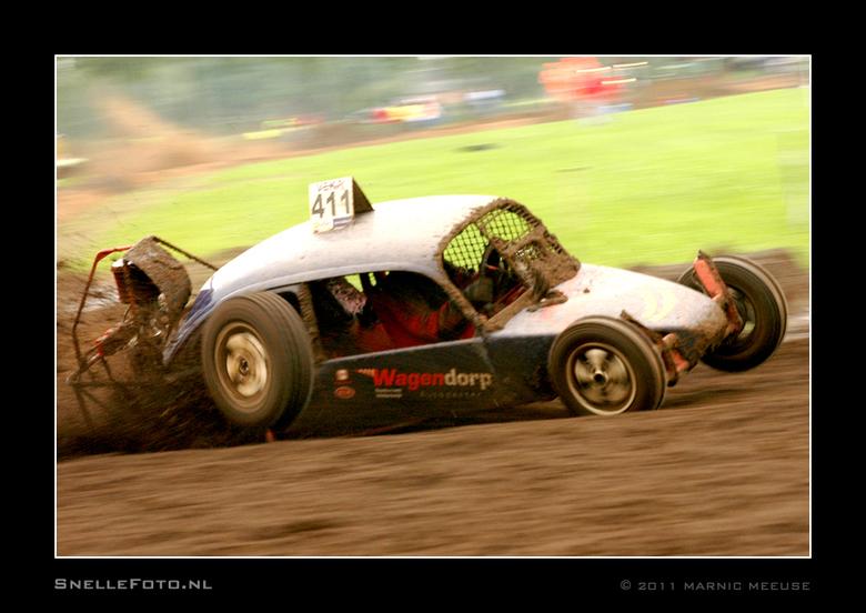 Eigen weg.... - Het achterwiel breekt los van de auto en haalt de auto zelfs in...