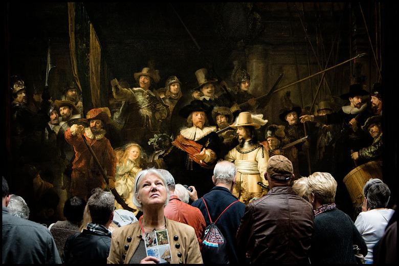 Rembrandt........... -  vind dit zelf een mooie foto, omdat deze mensen nu bijna onderdeel van het schilderij zijn geworden; vind ik zelf dan he... ui