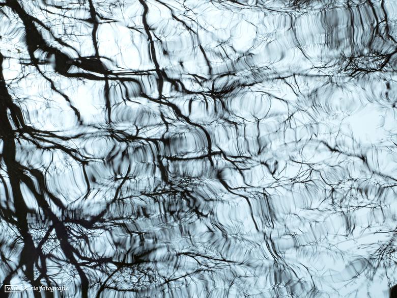 Reflections of my mind . . .  - Spelen met wat in het water te zien is.....altijd leuk....en als je iets langere sluitertijden gebruikt.....dan komen