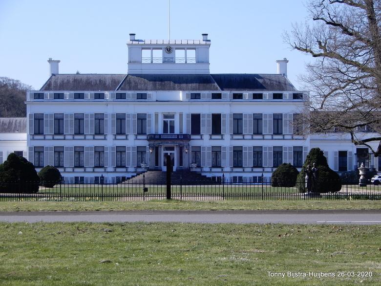 paleis Soestdijk  - vanaf de andere kant van de N 221 heb ik deze foto gemaakt, er was geen verkeer dus het kon makkelijk.