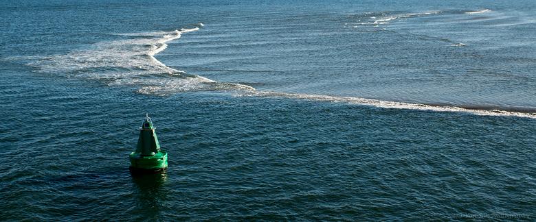 Waddenzee - De golven vormen zich om de nog onzichtbare zandplaat.<br /> Met dank voor alle voorgaande reacties.!
