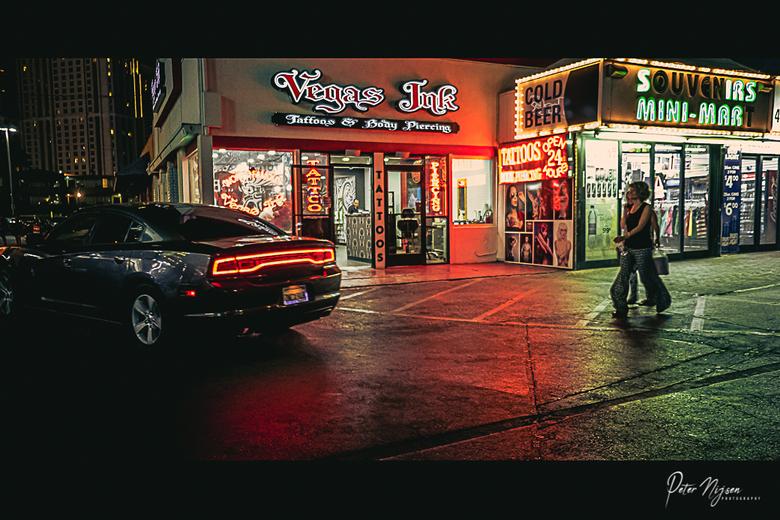 """Vegas Ink - De grote casino's op de strip in Las Vegas domineren natuurlijk het straatbeeld maar in de zijstraten van """"the Strip"""" is he"""