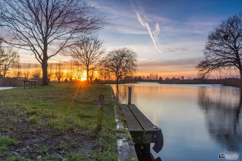Zonsondergang in de Polder - Zonsondergang langs de slootkant midden in de polder bij Stolwijk.