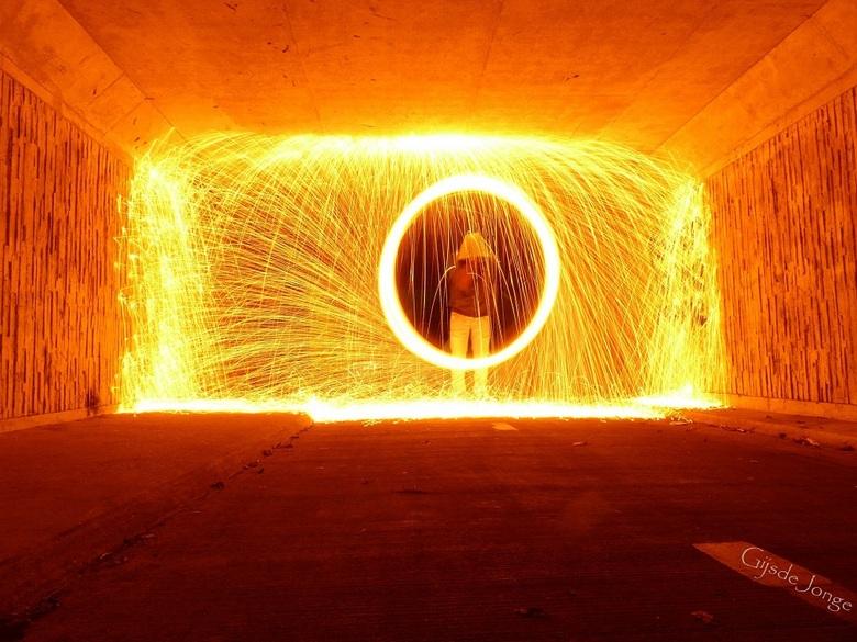 Wheel of burning steel - Hoi hoi Zoomers,<br /> <br /> De laatste van de zeer geslaagde serie lightpainting met brandend staalwol.<br /> Onbewerkte