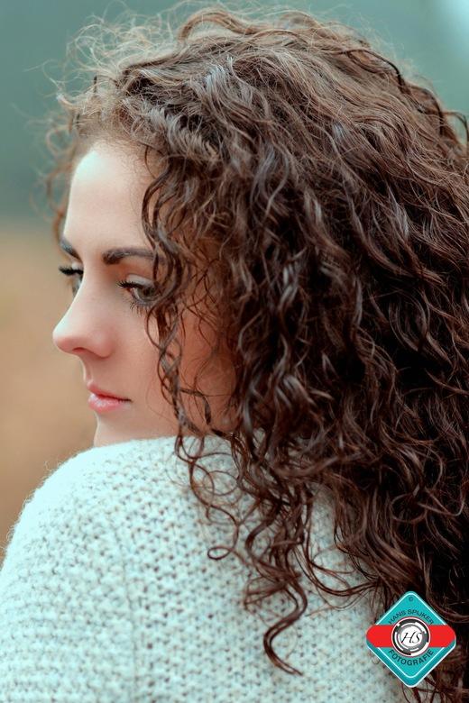 Model Lisette. - Een natuurlijk belicht portret van Model Lisette