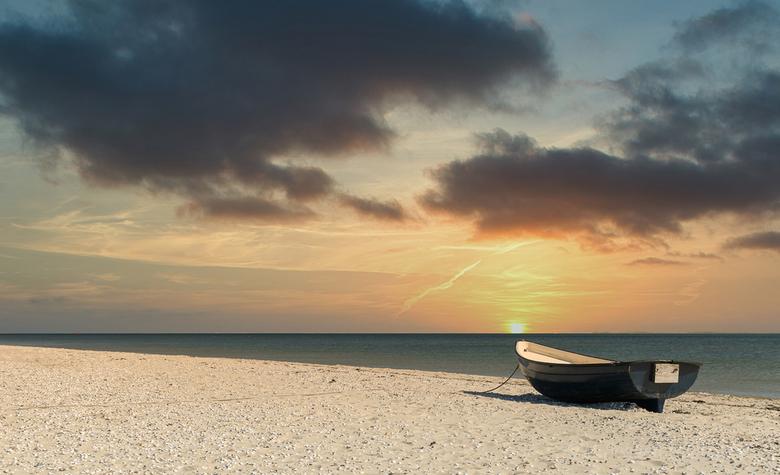 Bootje - Een sunset en een bootje op het strand soms heb je niet meer nodig.