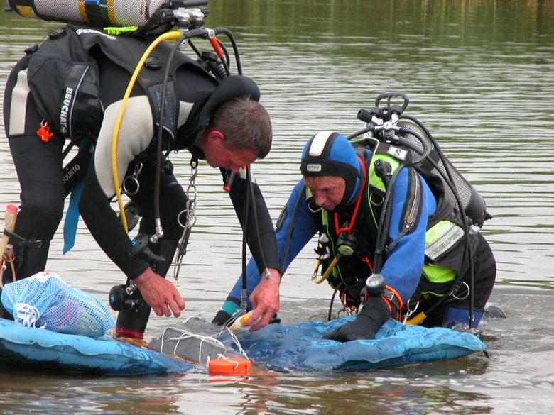 Duikje met handicap II - Deze ervaren duikers gaan wel eens proefjes doen onder water.<br /> Dan gaan er soms spullen mee en was het een stuk lood va