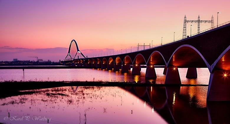 """De Oversteek in pastel - De brug """"De Oversteek"""" in Nijmegen. Niet alleen een verbinding over de Waal maar tevens als eerbetoon aan de gevall"""