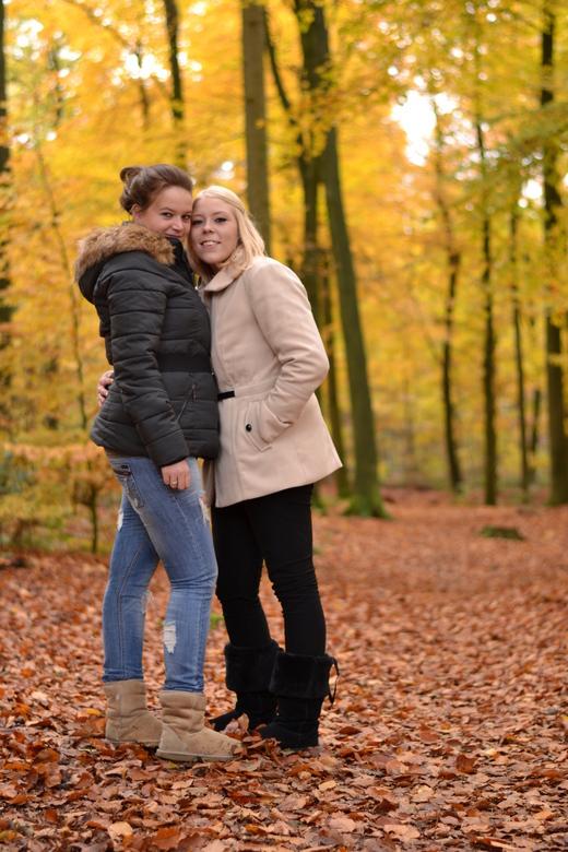 Beste vriendinnen - Een mooie herfst shoot in een prachtig gekleurd bos met twee beste vriendinnen.
