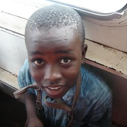 Jongetje op boot bij Banjul, Gambia