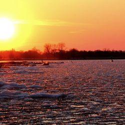 Kruiend ijs met een schitterende lentezon
