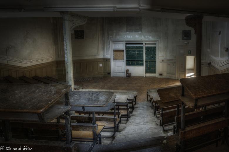 No School Today - Een collegezaal van een leegstaande universiteit.