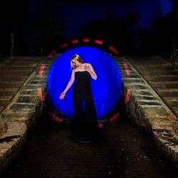 Bleu circle girl