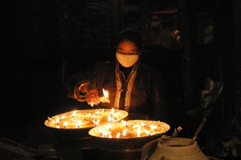IMG_5641.JPG - Een kaarsje van yakboter branden in de tempel