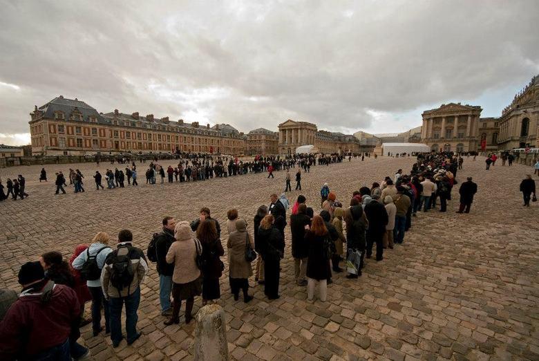 Wachten - De rij voor de ingang van het paleis Versailles in de winter.