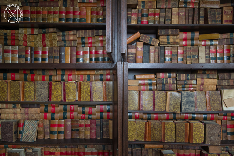 Wetsboeken - Eeuwenoude wetsboeken in een verlaten gemeentehuis.