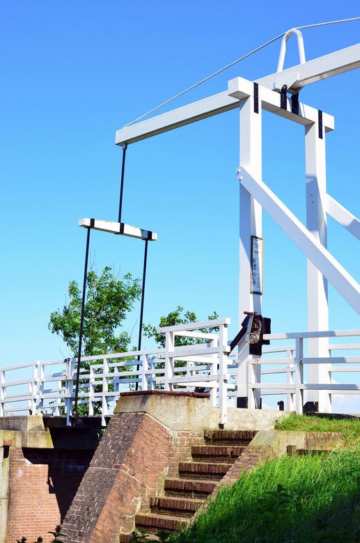 Witte brug - Mooie witte fietsersbrug met helderblauwe lucht.