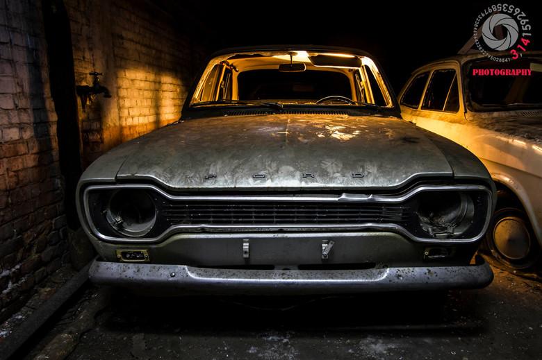 lichtspel. - In een bijgebouw van een Belgische mijn. staat een verzameling van diverse voertuigen. voornamelijk van het merk Ford. bij deze specifiek