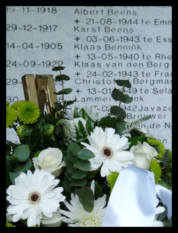 Voor hen die vielen - Tussen de bloemen door zie je 'Klaas Bennink' staan. Dat is mijn overgrootvader die sneuvelde op de Grebbeberg.