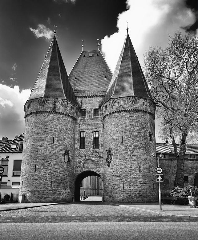 Koornmarktspoort-Kampen  - Gelegen aan de IJsselkade tegenover de Sint Nicolaaskerk. Gebouwd in de tweede helft van de veertiende eeuw. Oorspronkelijk