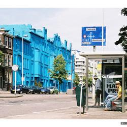Blauwe huizen, witte wolken