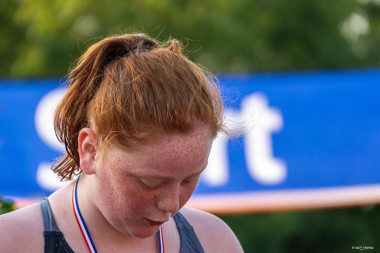 Kindertriathlon 2 - Mijn dochter weer, na afloop op de hoogste trede van het podium.....volledig niet gefocust op de fotograaf maar op de medaille en