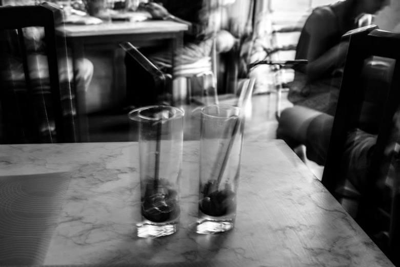 Wachtend op ons eten... - Moeder en dochter samen naar Lissabon, net een paar uurtjes aangekomen en meteen al aan de sangria, wachtend op de heerlijke