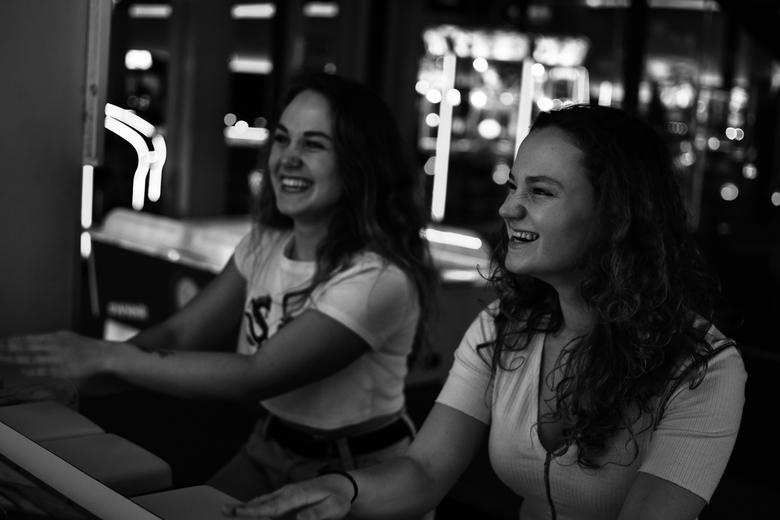 Zusjes in de gamehal -