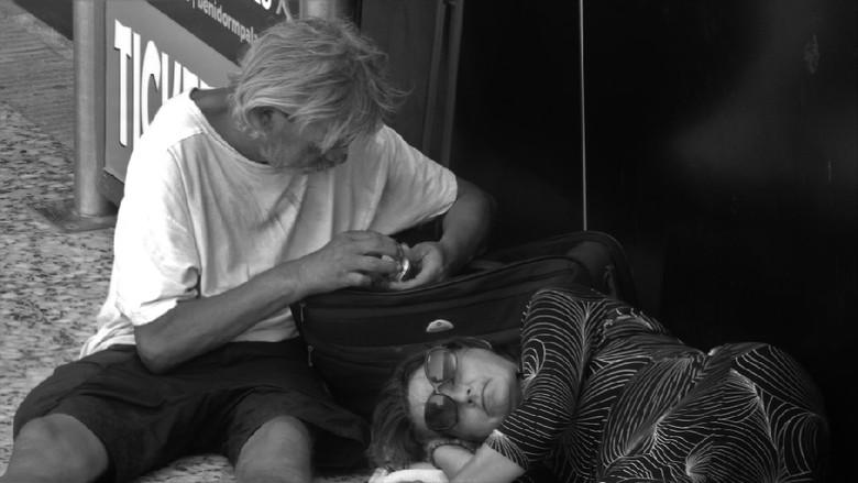 Dakloze betrapt - terwijl zij lag te slapen  pikte hij het geld uit haar koffer