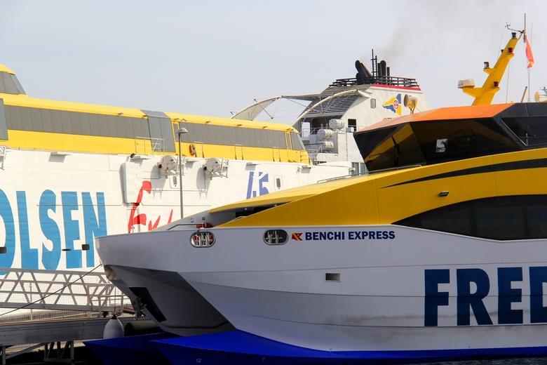 compositie geel-wil-blauw - De ferries op de Canarische Eilanden.