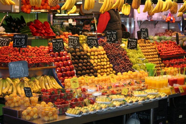 Kleur op de markt - Op de markt in Barcelona staan groente en fruit prachtig gestapeld in de kramen. Mooie kleuren en patronen door elkaar