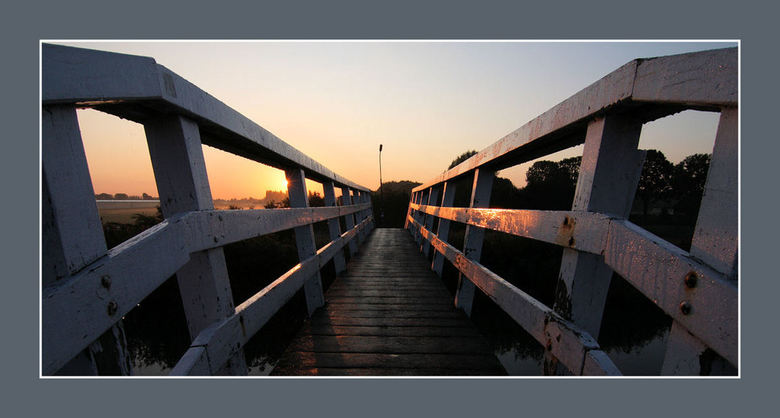 The Bridge !! - In Heerhugowaard langs de oostdijk dit bruggetje vanochtend gespot.