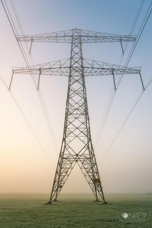 The Giant  - Van een lelijke elektrischiteitsmast, naar een gaaf onderwerp in de mist