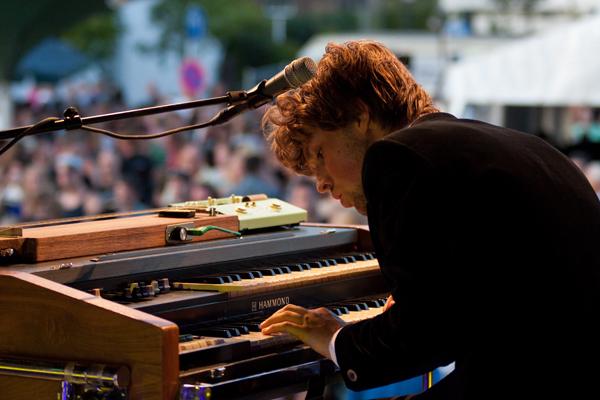 De Wolff - Foto van toetsenist van &quot;De Wolff&quot;, genomen tijdens Sjwaampop in Swalmen.<br /> Fascinerend hoe verdiept mensen kunnen zijn in m