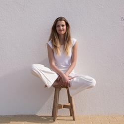 girl on barstoel