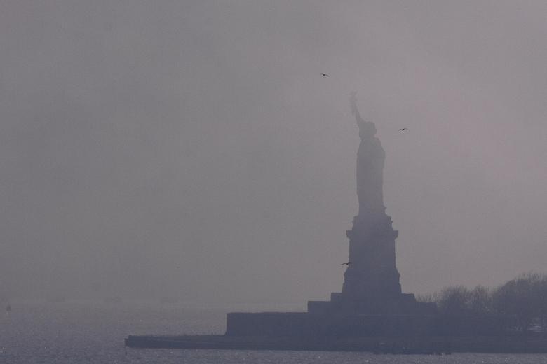 Vrijheidsbeeld - Het is vandaag weer om foto's te doen... Terug naar april en New York. Statue of Liberty gezien vanaf de Brooklyn Bridge, in de