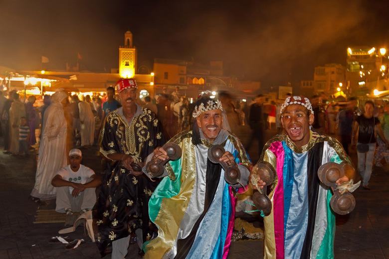 """Muzikanten op het el Fna - Muzikanten sloven zich uit op het bekende """"Djeema el Fna"""" te Marrakesh in Marokko."""