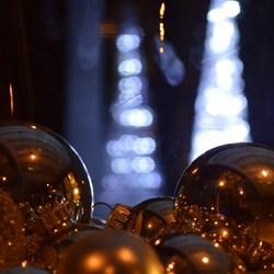 Lichttorens met kerstballen