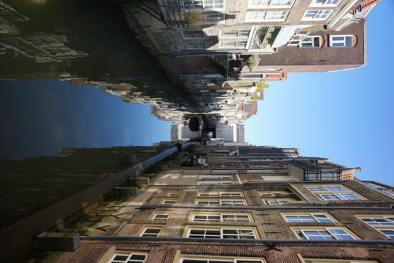 oude huizen langs het water met reflectie - oude huizen langs het water met reflectie in de mooie stad Dordrecht. Bedankt voor de reacties op mijn vor