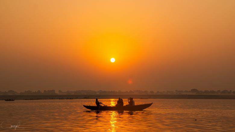 """Ganges Sunrise - Een silhouet van een toeristenbootje op de ganges... op de achtergrond zien we de zon opkomen <img  src=""""/images/smileys/smile.png""""/>"""