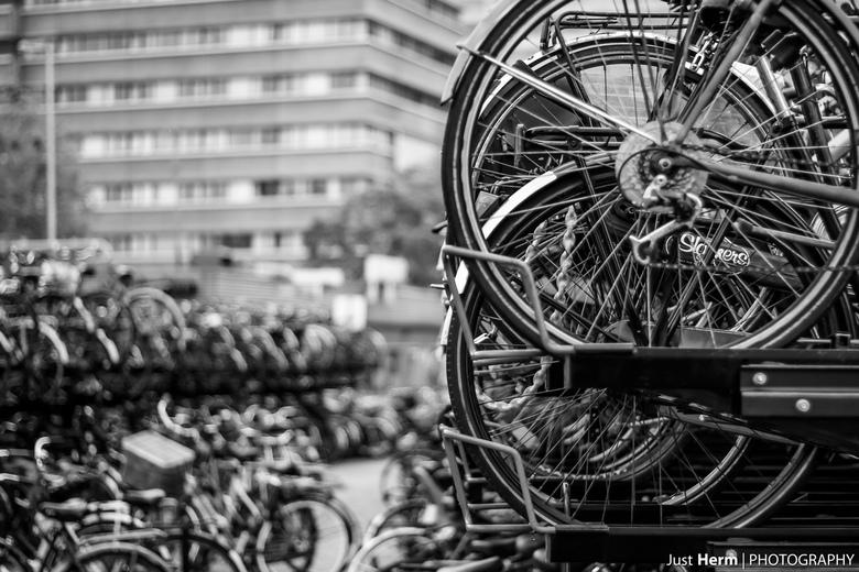 Bicycles all the way! - In Utrecht het station uitlopen richting beatrixgebouw en kijkend naar de Jaarbeurs. Dan kom je langs een hoek waar je zoveel