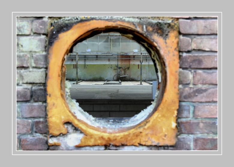even binnen kijken .?  - Een verlaten  fabriek hal  op het Hembrug terrein  in Zaandam ..