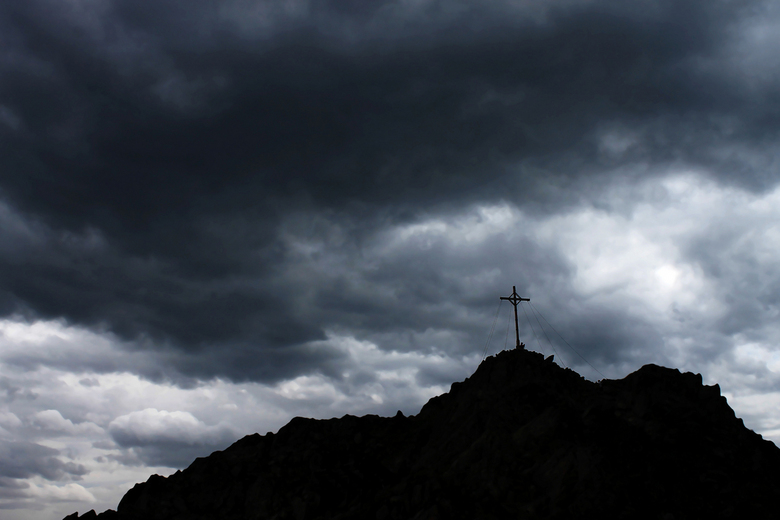 Kruis - Kruis met een dreigende lucht