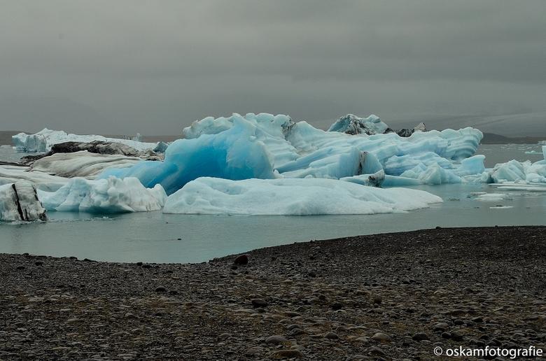 Een blauwtje lopen - We hebben een boottocht op een gletsjermeer in IJsland gemaakt. De ijsschotsen zijn van de gletsjer afgebroken. <br /> De kleur