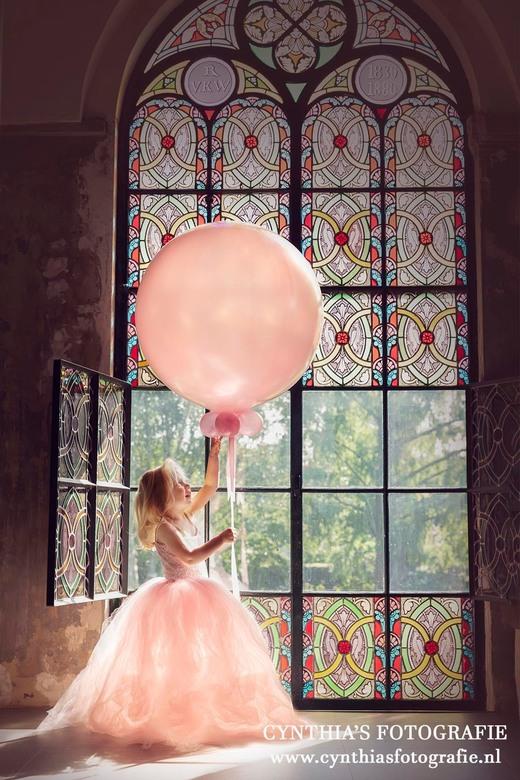 Cynthia's Fotografie kinderen princes met ballon - Onze dochter als princes met een mooie grote ballon in een kerk.
