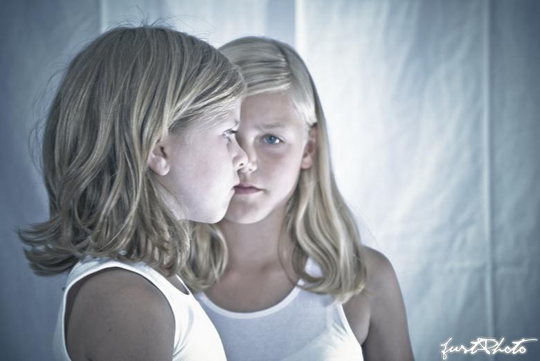Sisters - Twee zusjes maken samen een mond. <br />
