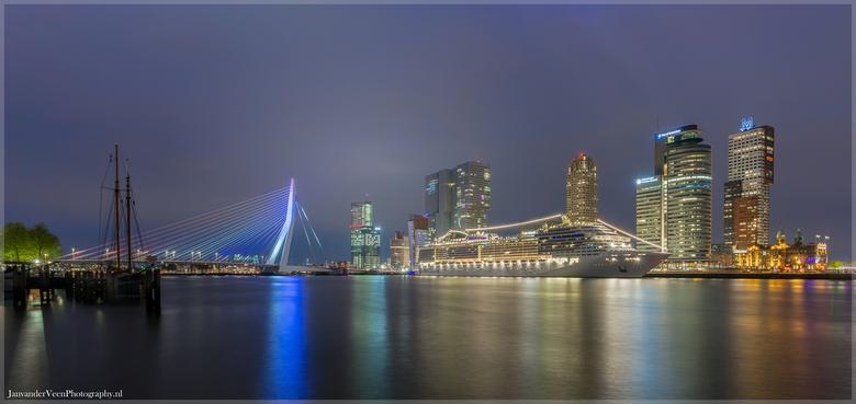 Rotterdam kleurt Hollands - Gisteren kleurde de Erasmusbrug rood,wit,blauw als toetje een cruise schip er naast wat het beeld compleet maakt.<br /> 2