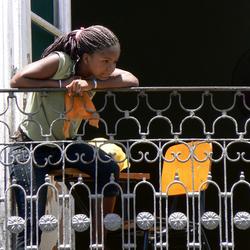 Meisje op balkon in San Salvador