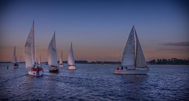 Sail - Gemaakt voor de start van een zeilwedstrijd. Door de weersverwachting werd de start van deze nachtwedstrijd verplaatst naar de ochtend, tijdens