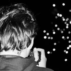 Jongeman fotografeert vuurwerk